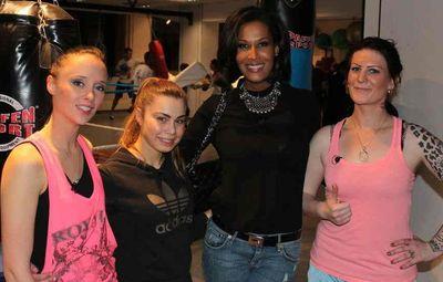 Marie-Ami Re-hilft in Model Marie Amière hilft drei jungen Frauen